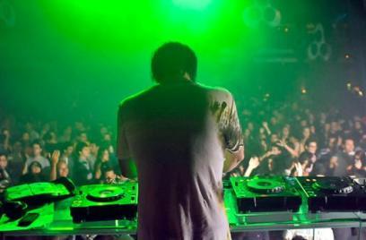 Balada tem DJ e gatas erguendo a mão, coisa descoladaça