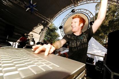 DJ aperta o play ergue a mão e as gata paga um pau