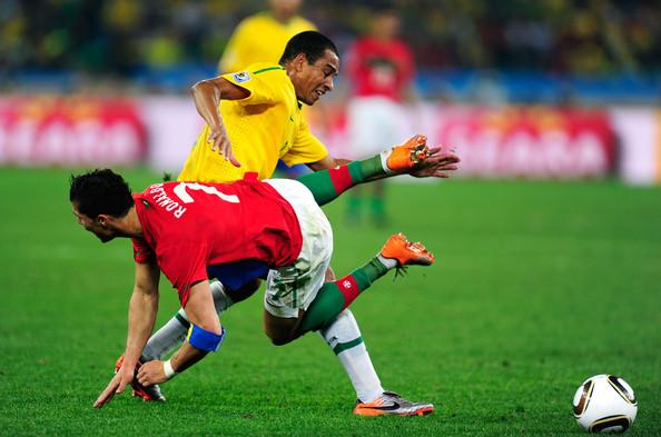 Brasileiro erguendo o Cristiano Ronaldo